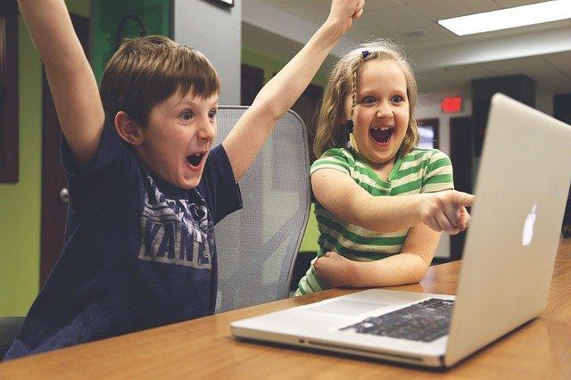 PCを見て喜ぶ人