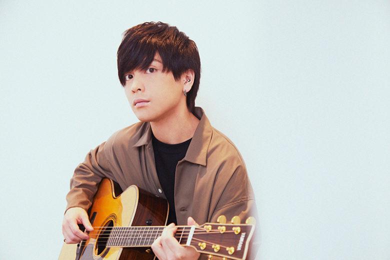 ギターを弾く優里