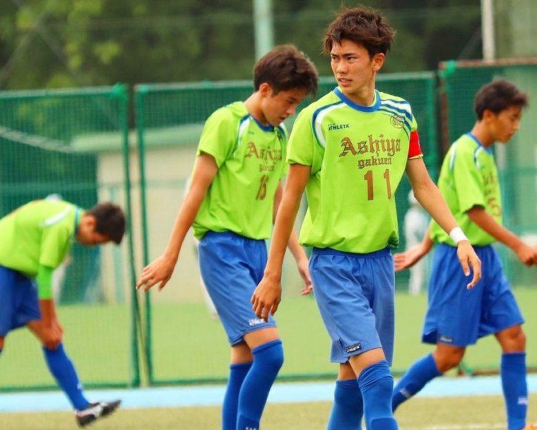 サッカーする若井晃平