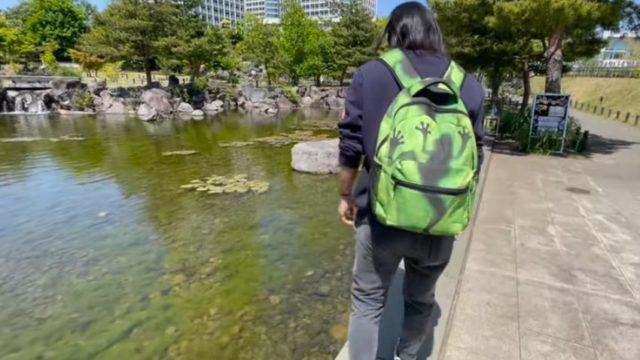 カエルリュックでカエル探しする入江聖奈